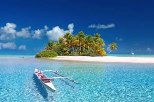 Plage de sable fin avec petit bateau