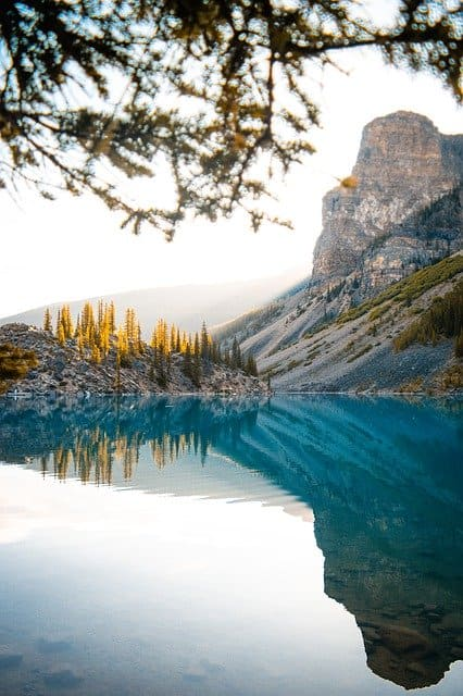 paysage montagneux autour d'un lac